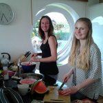 Marie und Chloe kochen gemeinsam